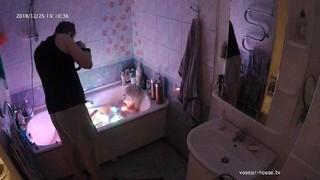 Herman & blond bathtub pics dec 25